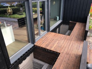 Design your wooden deck with a living net and beige rope