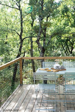 Filet en mailles nouées sur une terrasse en bois