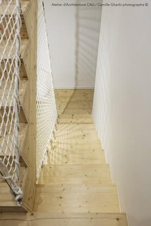 Cage d'escalier avec filet garde-corps