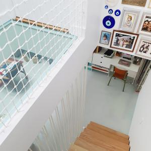 Escalier moderne mélangeant filet garde-corps et cordage