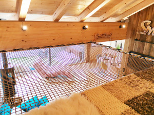 Wooden chalet equipped with a mezzanine net