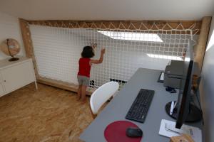 Solution astucieuse pour sécuriser vos mezzanines : le filet garde-corps