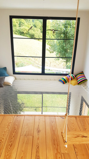 An atypical relaxation area in your home with a living net