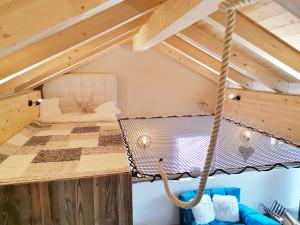 Holzstruktur und Metallbalken für die Installation eines aufgehängten Netzes