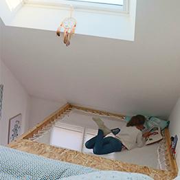Aménagement d'une chambre d'ado sous pentes avec velux – hammock floor