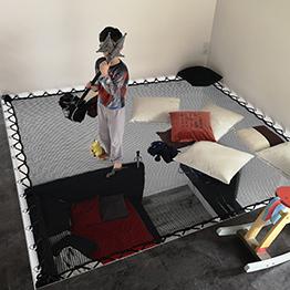 Espace de jeux pour enfant avec un filet suspendu dans une maison contemporaine