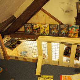 Petit espace de jeux pour enfants avec un filet de sécurité