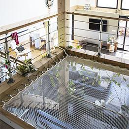 Un loft contemporain avec une mezzanine filet d'intérieur
